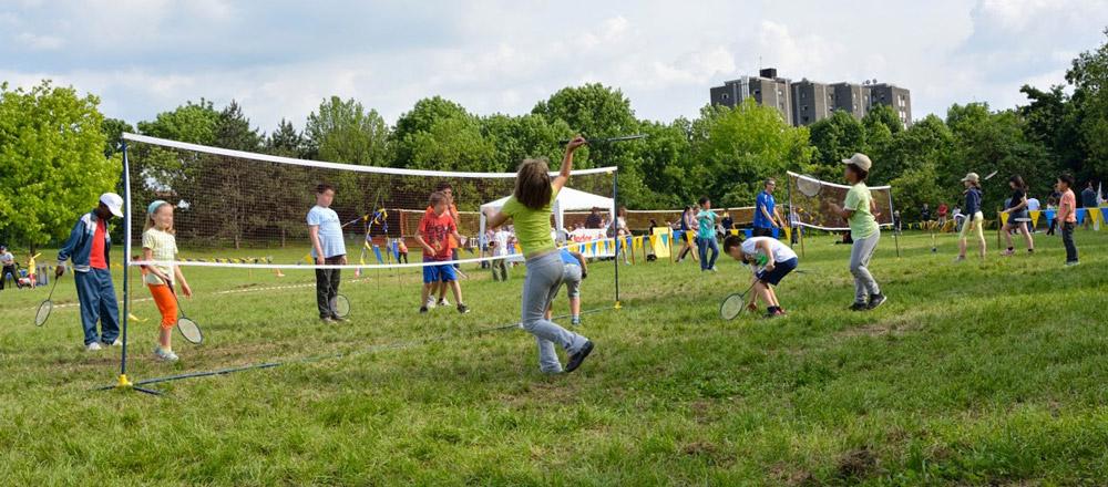 Bambini giocano a badminton a Modena