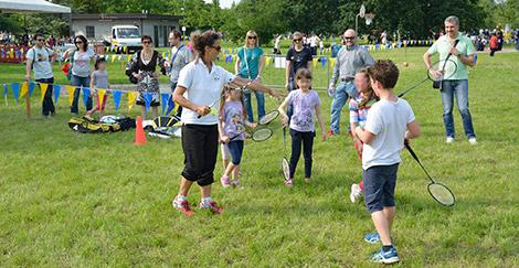 """Insegnare il badminton ai bambini durante """"Incontra lo sport"""" a Modena"""